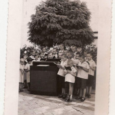 fotografie cor de copii si preot catolic care canta la pianina