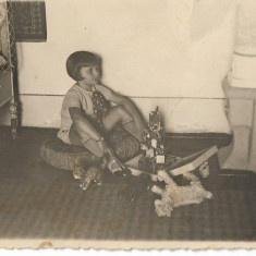 Fotografie romaneasca veche copil jucarii interbelica