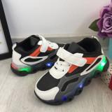 Cumpara ieftin Adidasi albi negri cu lumini LED si scai pt baieti 26 29 cod 0793