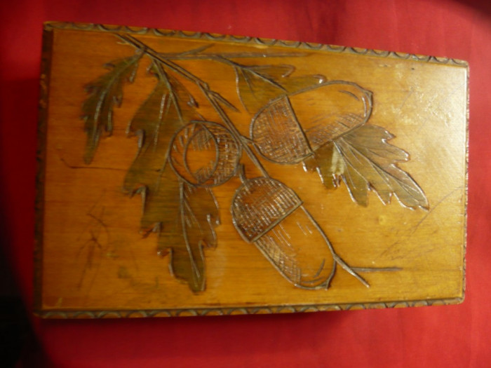 Caseta veche din lemn ,frumos gravata cu stejar si ghinde ,dim.= 15,5x10x5 cm