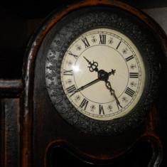 Ceas cu pendul vechi, de șemineu, carcasa din lemn masiv, mecanism quartz