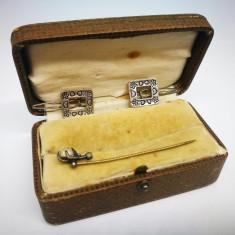 Cutiuta cu bijuterii vechi, vintage. Ac de par si 2 cleme de par.