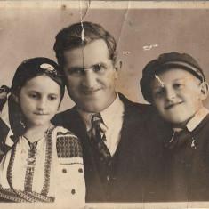 Fotografie portret familie interbelica poza romaneasca veche