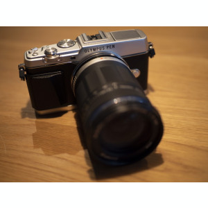 Olympus PEN E-P5, obiectiv M. Zuiko 14-150mm și viewfinder electronic
