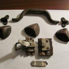 GE - Feronerie de la / pentru un geamantan vechi / lipseste un coltar