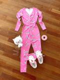 Pijama dama tip salopeta lunga roz cu maneca lunga si imprimeu BR