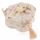 Cutiuţă de bijuterii în formă de trifoi - bej cu imprimeu floaral, dantelă şi ciucure