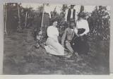 FOTOGRAFIE DE GRUP IN VIE , LA VALEA BOBULUI , FOTOGRAFIE MONOCROMA, DATATA 1910