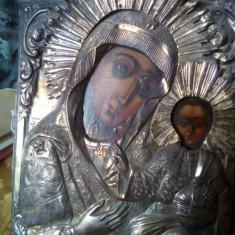 Icoana pe lemn cu oclada de argint deasupra marcata.(26 cm cu 19,5 cm)