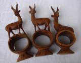 Trei caprioare sculptate in lemn, inele pentru servetele