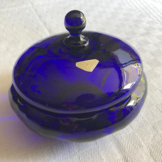 Impresionanta bomboniera suedeza din sticla albastra veche marca GULLASKRUF
