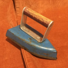 Joc / jucarie veche din metal si lemn / fier de calcat miniatura !