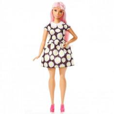 Papusa Barbie, model fashionista, parul roz, cu rochie