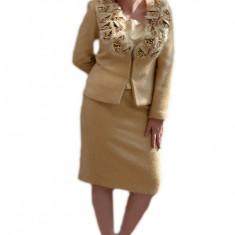 Costum elegant, bej cu insertii de blanita si flori