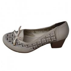 Pantof inchis bej, cu model de decupaje rafinate pe suprafata