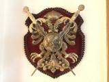 Panoplie veche miniaturala,franceza,cu blazon si doua sabii incrucisate