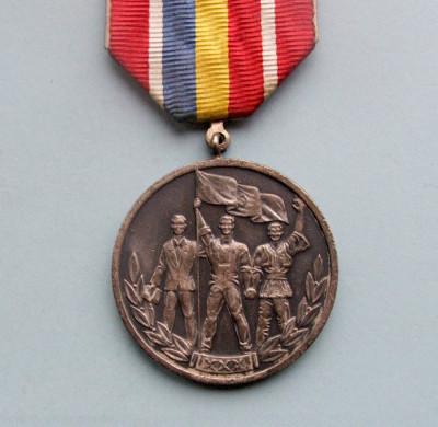 Medalia -  30 DE ANI  DE LA  ELIBERAREA  ROMANIEI  DE  SUB  DOMINATIA  FASCISTA foto