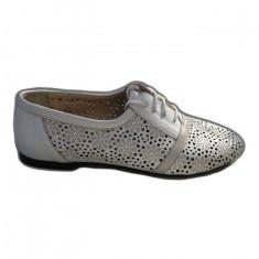Pantof alb cu talpa joasa, din piele moale cu model de perforatii
