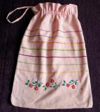 Traistuta textila de bucatarie anii 70, cusuta manual motive florale, 34 x 23 cm