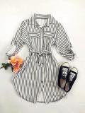 Rochie ieftina casual stil camasa alba si neagra cu linii verticale si cordon in talie