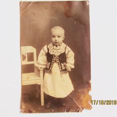 Fotografie veche, copil in costum popular.Transilvania.Perioada antebelica.