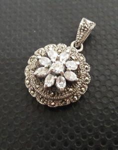 pandantiv vechi de argint cu zirconii si marcasite