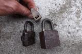 Lacate vechi(3 buc.)cu cheie si functionale.Unul fara cheie.