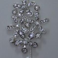 Agrafa de ocazie cu forma alungita, culoare argintie cu strasuri