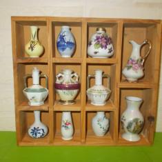 Superb dulapior  cu 11 VAZE  miniaturi de COLECTIE  lucrate din PORTELAN / raft