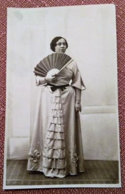 Doamna cu evantai. Fotografie datata 1935 - Foto-Artistic G.I. Hansa, R.-Sarat foto