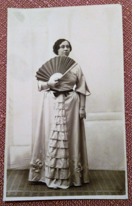Doamna cu evantai. Fotografie datata 1935 - Foto-Artistic G.I. Hansa, R.-Sarat