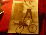 Fotografie de Presa - 2 Sportivi pe Bicicleta cu Salutul nazist 1934 , 18x22cm