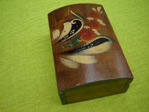 Veche cutie de lemn pictata manual