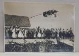 IMPODOBIREA MAJULUI , OBICEI POPULAR IN BOEMIA , MORAVIA SI SLOVACIA FOTOGRAFIE DE GRUP CU TARANI IN COSTUME TRADITIONALE , MONOCROMA, PERIOADA INTERB
