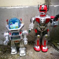 2 roboti chinezesti vechi, plastic. Robot jucarie chinezeasca veche