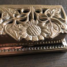 Caseta veche englezeasca,pentru bijuterii,din bronz masiv