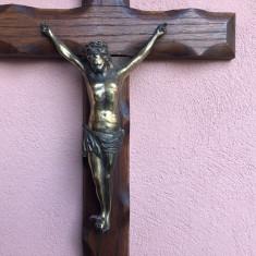 Cruce veche sculptata in lemn cu Isus metalic rastignit