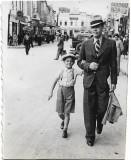 C756 Instantaneu barbat si copil in centrul vechi Ploiesti 1937 reclama firma