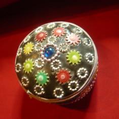 Caseta metalica frumos ornata ,multicolor ,d=6,5cm ,h=3,5cm