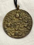 Pandantiv vechi din bronz cu motive ilustrate in basorelief