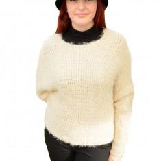Bluza calduroasa din material pufos de culoare bej, model larg