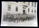 FOTOGRAFIE DE GRUP CU ELEVI SI PROFESORI IN UNIFORMA DE CERCETASI , IN FATA LICEULUI , MONOCROMA , PERIOADA INTERBELICA