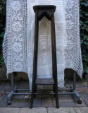 Masuta piedestal din lemn sculptat
