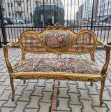 Spectaculos set frantuzesc, alcatuit din Canapea si 2 fotolii antice in stil Louis XV, brodate cu tapiserie, lucrate manual, frumos decorate cu scene