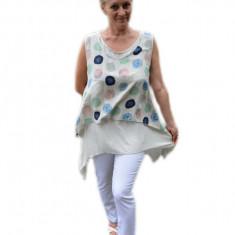 Bluza trendy, asimetrica cu buline, pe fundal bej