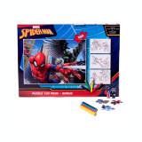 Cumpara ieftin Puzzle 100 de piese Spiderman + bonus: 3 foi de colorat + 4 creioane colorate