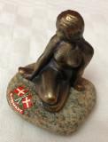 Mica sirena statueta din metal patinat fixata pe piatra, simbol danez Copenhagen, Nuduri, Europa