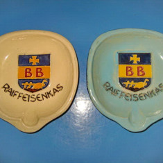 5135-Scrumiere Vintage RAIFFEISENKAS Perignem ceramica pe fond alb- albastru.
