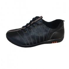 Adidas in nuanta de negru, insertie de material colorat la mijloc