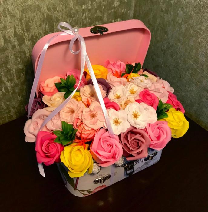 Aranjament trandafiri de sapun si flori de cires